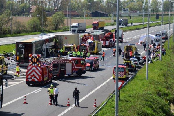 06-05-2016 - Belgique - Flandre - Aalbake - Courtrai - Le chauffeur bulgare impliqué dans le grave accident survenu vendredi midi sur la E17 Gand-Lille au niveau de Aalbake est décédé, L'autocar impliqué transportait plus de 80 Néerlandais en partance pour la France.