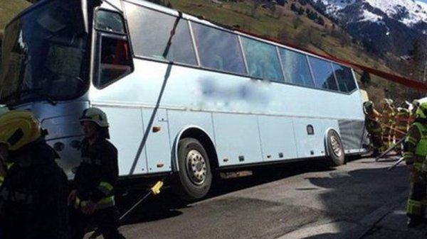 28-03-2016 - Geel - Autriche - Grossarl - Des pompiers sont parvenus à éviter qu'un autocar de voyageurs belge transportant 42 enfants originaires de la région de Geel et leurs 5 accompagnateurs ne verse dans un ravin d'une déclivité de 250 mètres.