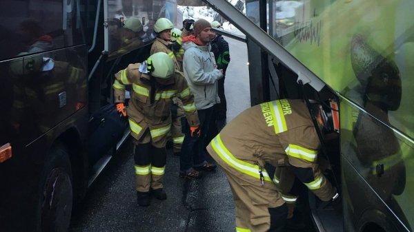 22-02-2016 -     - Obertauern - Un autocar Allemand transportant 35 enfants de 13 ans prend feu sur la route, l'entraîneur a pris feu pendant la conduite