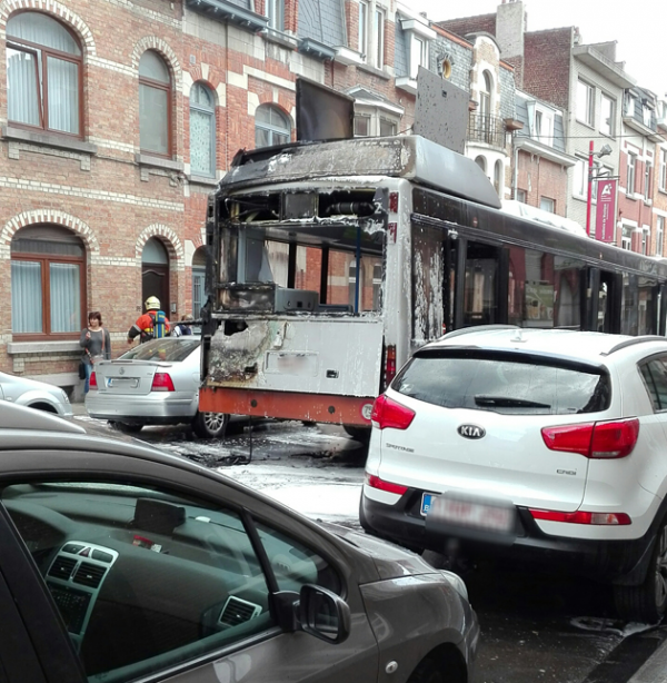 """11-05-2016 - Anderlecht - Un bus de la STIB a pris feu cet après-midi à Anderlecht, rue de la procession. """"Effectivement, il y a eu un problème technique avec ce véhicule, confirme la porte-parole de la STIB, jointe par notre rédaction. Un élément de la motorisation a surchauffé. Aucun blessé n'est à déplorer."""
