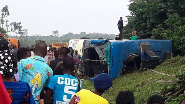 14-12-2015 - Bouaké - Abidjan - Anyama - Autoroute du Nord - Grave Accident d'un autocar de la compagnie MALEX, il quitte la route et culbute plus loin.
