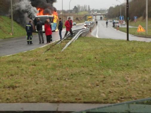 03-03-2015 - Loir-et-Cher - Blois - un autocar prend feu sur la voie rapide suite à un problème technique.