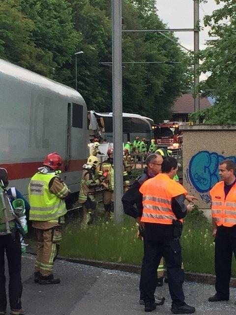 20-05-2016 - Suisse - Interlaken - Canton de Berne - Accident autocar de Tourisme - Un train ICE des chemins de fer allemands, la Deutsche Bahn, a heurté un car de touristes vendredi à Interlaken (canton de Berne).