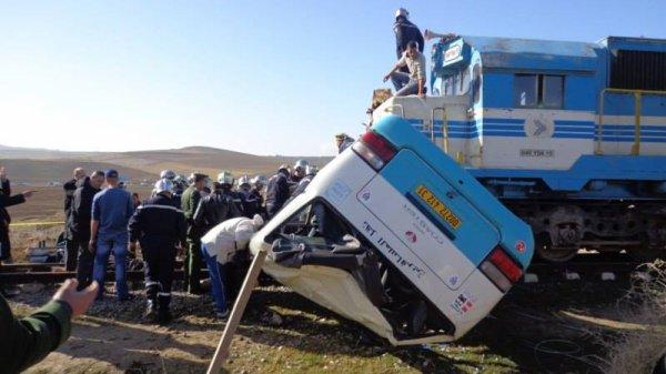 Mascara: 4 morts et 10 blessés lors d'une collision entre un bus et un train près de Bouhnaifia