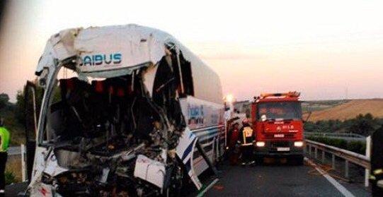 05-06-2016 - Espagne - Montoro - Cordoue - deux morts et 46 blessés dans un accident entre un autocar et un camion en panne sur l'autoroute.