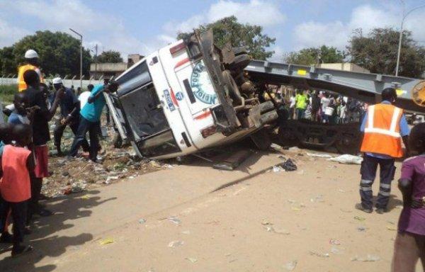 09-06-2016 - Tataguine - Dakar - DRAME SUR LA ROUTE DE FATICK - Un accident fait 5 morts, la gendarmerie nationale dépêchées sur les lieux du sinistre, que le chauffeur du bus dormait au volant.