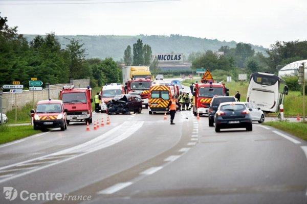 03-06-2016 - YONNE > CHAMPS-SUR-YONNE - Un autocar transportant des lycéens de l'Aube accidenté sur la D606 à Champs-sur-Yonne