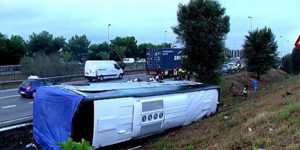 14-09-2016 - Barcelone - Espagne - Un car transportant des touristes s'est renversé dans la nuit à Barcelone (nord-ouest de l'Espagne), blessant 24 personnes dont trois gravement.