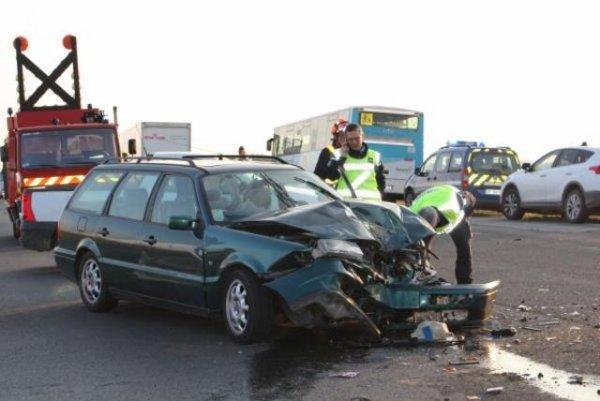 23-09-2016 - France - Loir-et-Cher - Avaray - Accident entre une voiture et un car scolaire à l'intersection de la D70 et de la RD 2152 devant l'auberge des Trois Maillets près d'Avaray.