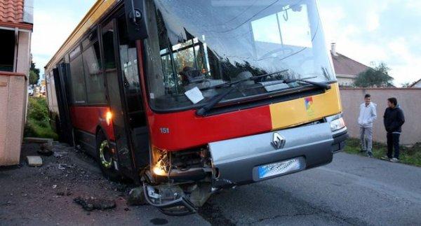 07-11-2016 - Bordères-sur-L'échez - Six blessés, trois enfants et trois adultes, voilà le bilan d'un accident impliquant un bus du réseau Alezan du Grand Tarbes.