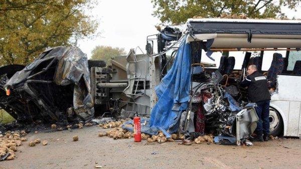 14-11-2016 - Bavincourt-l'Arbret - Accident de car : la conductrice tuée, un collégien et le chauffeur du camion très gravement blessés.