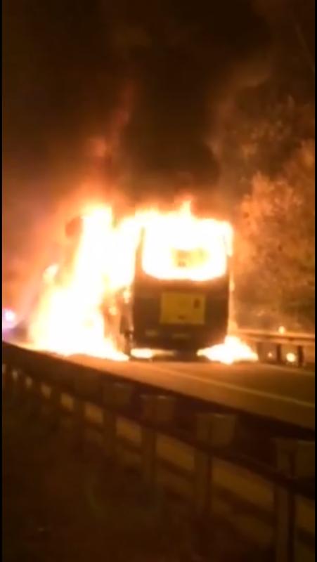 """31-10-2016 - Liège - Virton - Namur - Le bus du"""" Royal Excelsior Virton """" a pris feu, totalement détruit sur le chemin du retour de l'équipe après sa rencontre à Dessel Sports (0-0).Le feu aurait pris au niveau du tableau de bord ce samedi soir. Personne n'a été blessé cependant."""