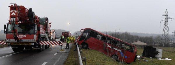 08-01-2017 - France - Saône-et-Loire  - Accident grave autocar - 4 ressortissants portugais décèdés sur la RCEA (Route Centre Europe et Atlantique) RN79, Le car portugais tractant une remorque se dirigeait vers Fribourg en Suisse. bilan: 4 morts et 24 blessés.