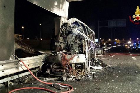 21-01-2017 - Italie - accident autocar grave - 16 adolescents hongrois revenant d'un séjour en montagne en France, ont été tuées près de Vérone (nord-est de l'Italie) dans l'accident d'un autocar, qui a pris feu après avoir heurté une pile de pont.
