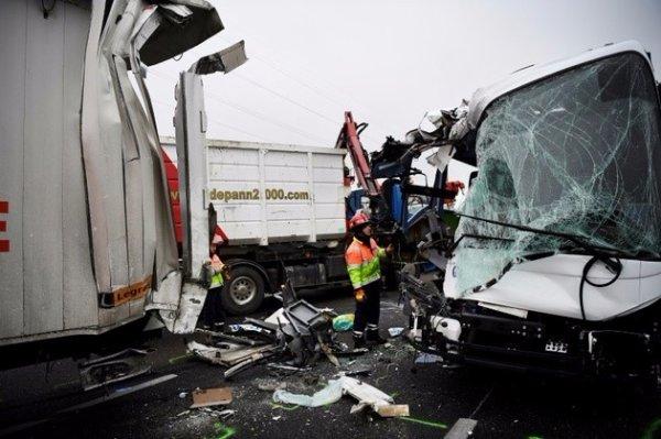 30-01-2017 - Un carambolage entre plusieurs voitures, deux bus et un camion lundi 30 janvier 2017, sur l'autoroute A13, entre Rouen et Paris, a fait 65 blessés, dont 5 graves.