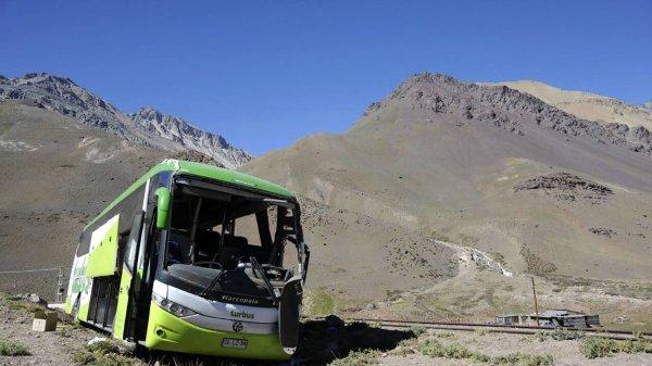 18-02-2017 - Argentine - Mendoza - Au moins 19 personnes ont été tuées et une vingtaine blessées dans l'accident d'un autocar transportant une quarantaine de passagers en provenance de la province de Mendoza (ouest de l'Argentine) à destination du Chili.