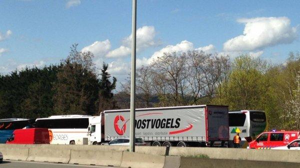 15-04-2016 - Cheratte - un accident sans gravité entre deux cars et un camion s'est produit sur l'autoroute E40 Aix-la-Chapelle en direction de Bruxelles, à hauteur de l'échangeur de Cheratte. Septante enfants se trouvaient dans l'un des bus.
