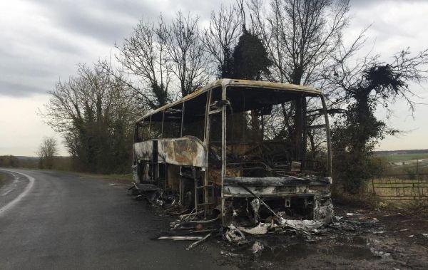 02-03-2017 - France - Amiens - Tillé - Feu autocar - Incendie autocar - Un car de tourisme, immatriculé en Pologne, a été incendié sur un parking à Tillé dans la nuit, à côté de l'aéroport