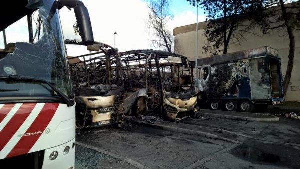 25-02-2017 - France - Annemasse - Haute-Savoie - feu autocar - Inendie d'autocars - A la gare routière d'Annemasse, en Haute-Savoie, quatre bus et deux remorques pleines de bagages ont été brûlés.