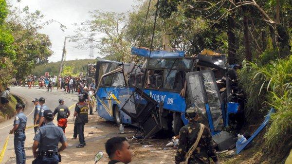 20-02-2017 - Philippines - Accident d'autocar - au moins 14 morts et de nombreux blessés