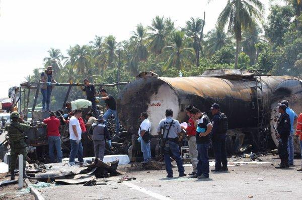 13-04-2017 - Mexique - Au moins 24 personnes ont péri brûlées et neuf ont été blessées jeudi dans une collision entre un camion-citerne et un autocar de touristes mexicains dans le sud du Mexique