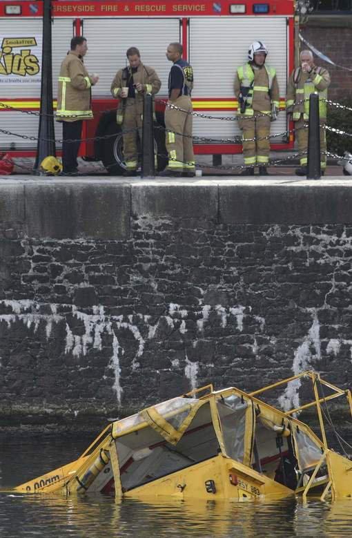Liverpool - Royaume-Uni - Un bus amphibie coule à Liverpool - Un bus amphibie a coulé samedi dans le port de Liverpool avec 31 touristes à bord.