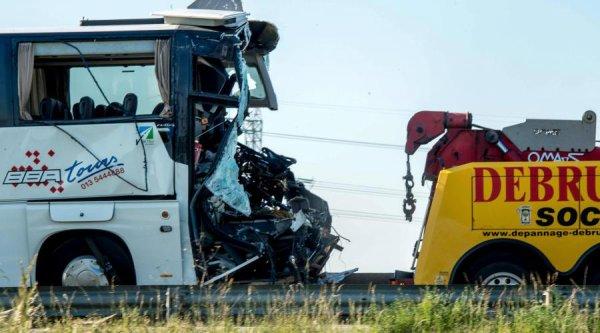 01-06-2017 - Bourbourg - Calais - Dunkerque - Grave accident d'un autocar néerlandais avec un camion sur l'autoproute A16 dans le Nord. Le chauffeur de l'autocar est gravement blessé.