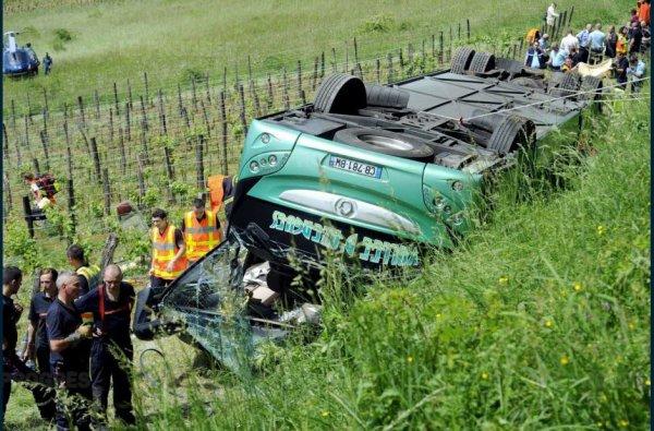26-06-2017 - Bourgogne - Franche-Comte - Jura  - Saint-Lothain - Accident de car & Erreur du GPS - un car de touristes de Rillieux-la-Pape se renversait dans les vignes du Jura, à Saint-Lothain. Plusieurs blessés étaient à dénombrer, dont sept en urgence absolue, un mois après l'accident, une blessée décède