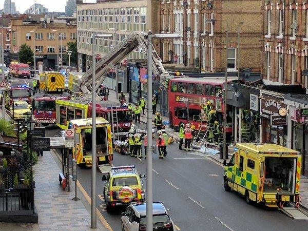 10-08-2017 - Londres - Un bus s'encastre dans un magasin à Londres: 10 blessés
