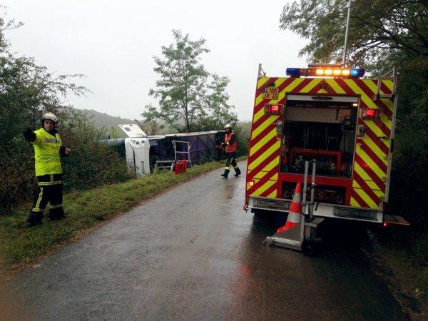 18-09-2017 -  France - Cuzance - Baladu - dans le Lot - Un autocar scolaire sort de la route et culbute en se couchant dans le fossé.