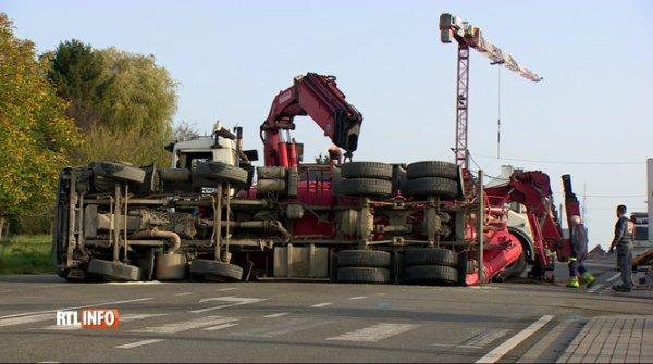16-10-2017 - Charleroi - Gozée - Thuin - Collision entre un bus TEC et un camion bétonneuse à Gozée, Le mixer à béton a culbuté suite au choc avec le Bus.