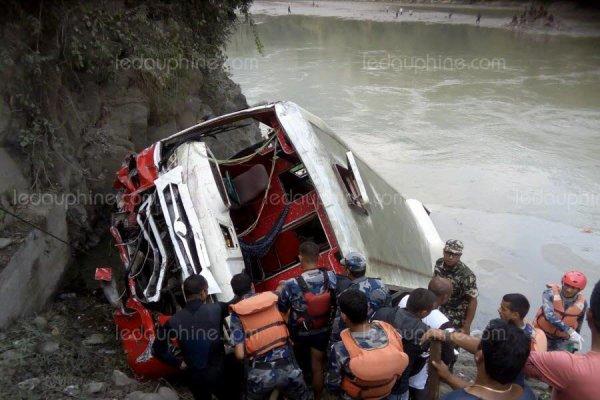 28-10-2017 - Népal - Au moins 31 personnes ont été tuées ce samedi dans l'accident d'un autocar bondé qui a plongé dans une rivière.