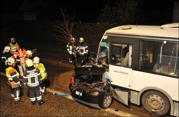 13-08-2017 -  Anvers - Accident avec un bus De Lijn à Anvers: l'automobiliste était ivre,  Les deux automobilistes impliqués ont dû être désincarcérés.