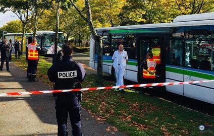 03-10-2017 - Elancour  - Île-de-France - Oise - Yvelines  - Deux véhicules de la société Sqybus sont entrés en collision, ce mardi matin.
