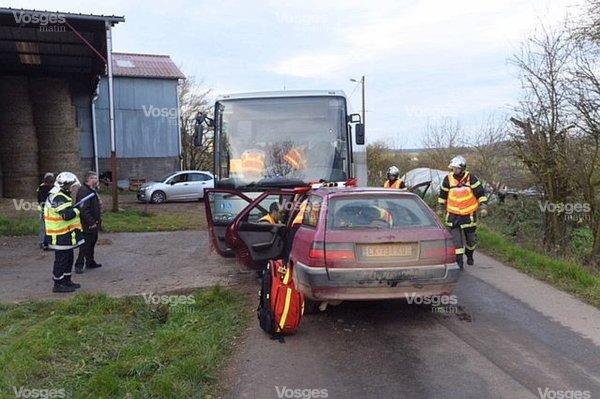 24-11-2017 - Dommartin-aux-Bois - Girancourt - Accident autocar - Deux enfants et un adulte ont été blessés suite à une collision entre un autocar scolaire et une voiture