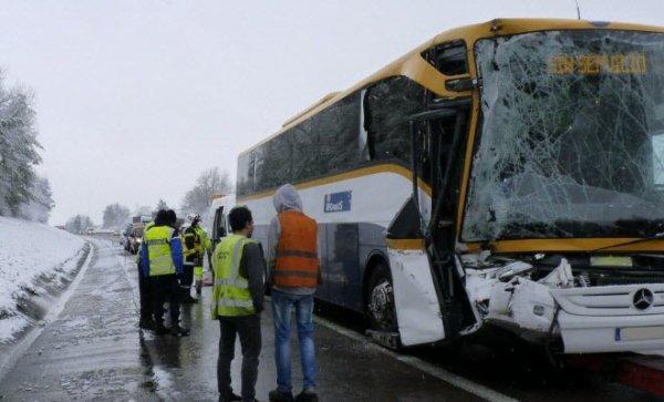 02-12-2017 - France - Aouze - Neufchâteau - Un autocar espagnol  circulant dans le sens Dijon-Nancy, sur l'A31 s'est fracassé contre l'arrière d'un camion roumain : trois blessés légers