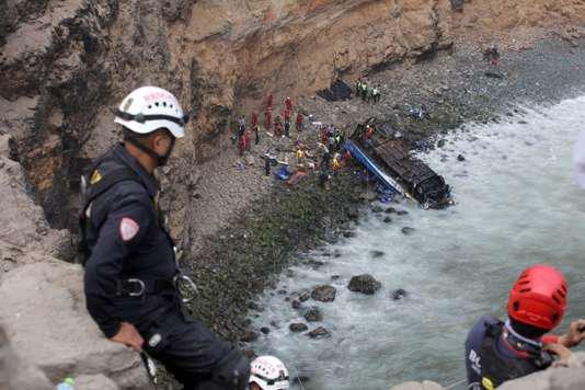 03-01-2018 - Pérou - 48 morts après la chute d'un autocar d'une falaise, le car avait subi une révision mécanique avant de quitter Huacho avec deux chauffeurs à bord et 55 passagers.