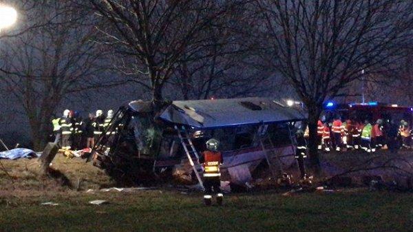 Trois morts et 45 blessés dans la la collision d'un autobus avec une voiture à Horomerice (banlieue nord-ouest de Prague).