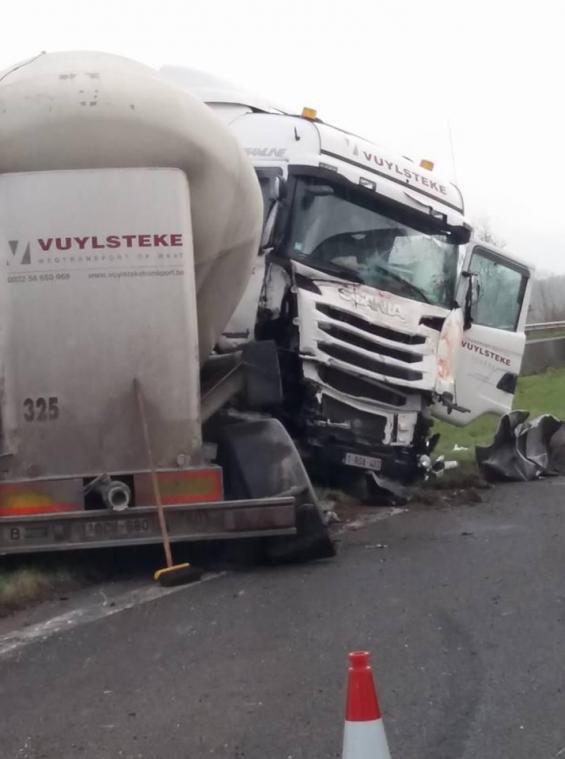 23-03-2018 - Tournai - Mouscron - aut A17. Collision entre deux camions et un autocar sur l'A17 Courtrai-Mouscron-Tournai