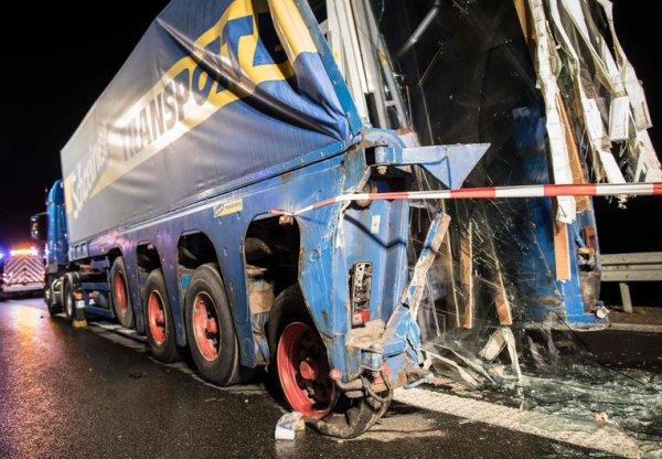 31-03-2018 - Belgique - Allemagne -  Aschaffenburg, Brabant Flamand, Anvers, Herent - Grave accident d'un autocar belge de Rotselaar cette nuit avec un camion. Le chauffeur de l'autocar est décédé et 18 touristes blessés.