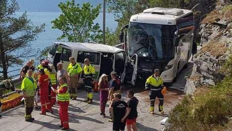 04-06-2018 - Norvège - Six Belges blessés dans l'accident entre un bus et un minibus en Norvège, accident en Norvège: 3 d'entre eux ont été héliportés à l'hôpital dans un état critique