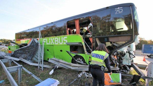 29-09-2018 - Un autocar Flixbus qui se rendait à Strasbourg, a fait une sortie de route à Bruchsal au nord de Karlsruhe.