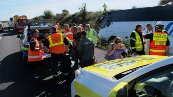 02-06-2017 - Loir-et-Cher - L'autocar affrété par la compagnie de transport luxembourgeoise Simon Diekirch roule en direction de Paris, venant du Portugal.  Le chauffeur va au fossé : 24 blessés