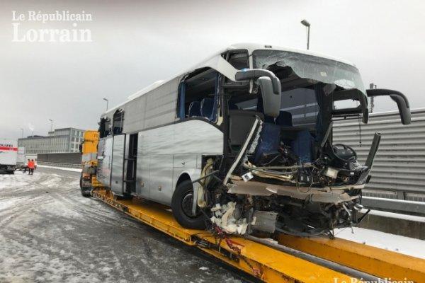 16-12-2018 -  Suisse - L' accident mortel de l'autocar d'une compagnie de transport allemande Flixbus a fait un mort et 44 blessés. Les chauffeurs sont gravement blessés.