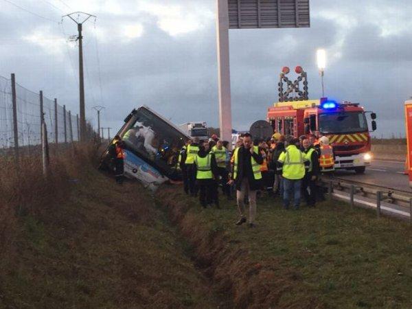 04-12-2018 - Sonchamp - Yvelines - Rambouillet - Le chauffeur du car perd connaissance, une sortie de route s'en suit, l'accident de cet autocar fait une douzaine de blessés légers, dont huit lycéens du  lycée Bascan, à Rambouillet.