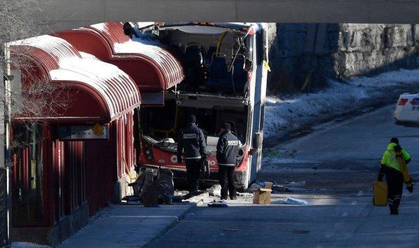 """12-01-2019 - Canada - Ottawa - Grave accident d'un autocar double étage - Il a percuté un abribus sur le quai de la station Westboro, tuant trois personnes et en blessant 23 autres, dont plusieurs """"grièvement"""""""