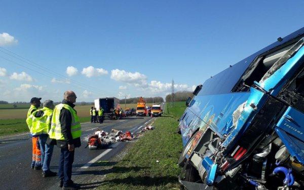 19-03-2019 - Jouy-le-Châtel - Accident de car scolaire, suite à un l'accident le car est poussé par un camion et se couche (culbuté) dans un fossé.