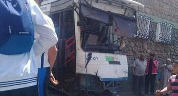 08-05-2019   29-04-2019 -  Algérie - Mostaganem - Tigditt - Oran  - L'autocar se retrouve sans freins dans la descente  de la route d'Oran, Le chauffeur du car a préféré éviter la station d'essence pour sauver ses passagers à bord, et  aller se cogner contre la façade d'une habitation.