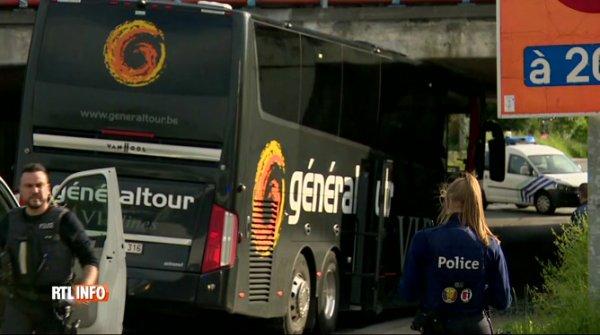 Belgique - Marcinelle - Un autocar VIP Vanhool de Généraltour transportant des retraités s'est encastré ce mardi soir sous un pont au niveau du R3 à Marcinelle.