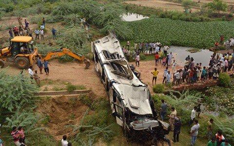 08-07-2019 - Inde - L'autocar sort de la route et tombe dans une rivière, au moins 29 morts